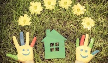 草原の上にある緑の家の模型