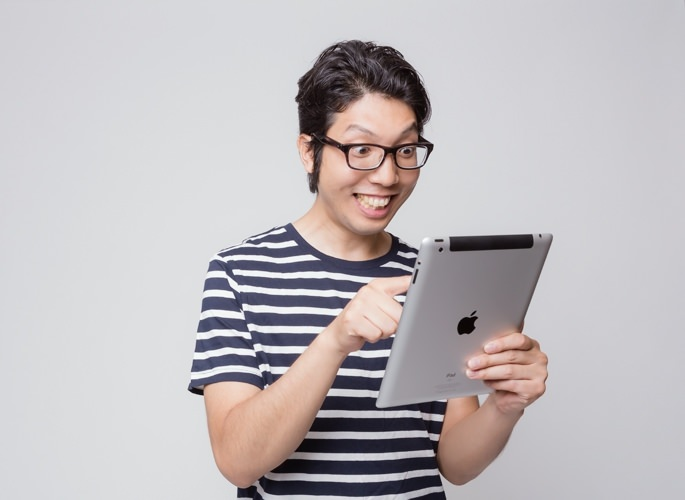 iPadを使う男性