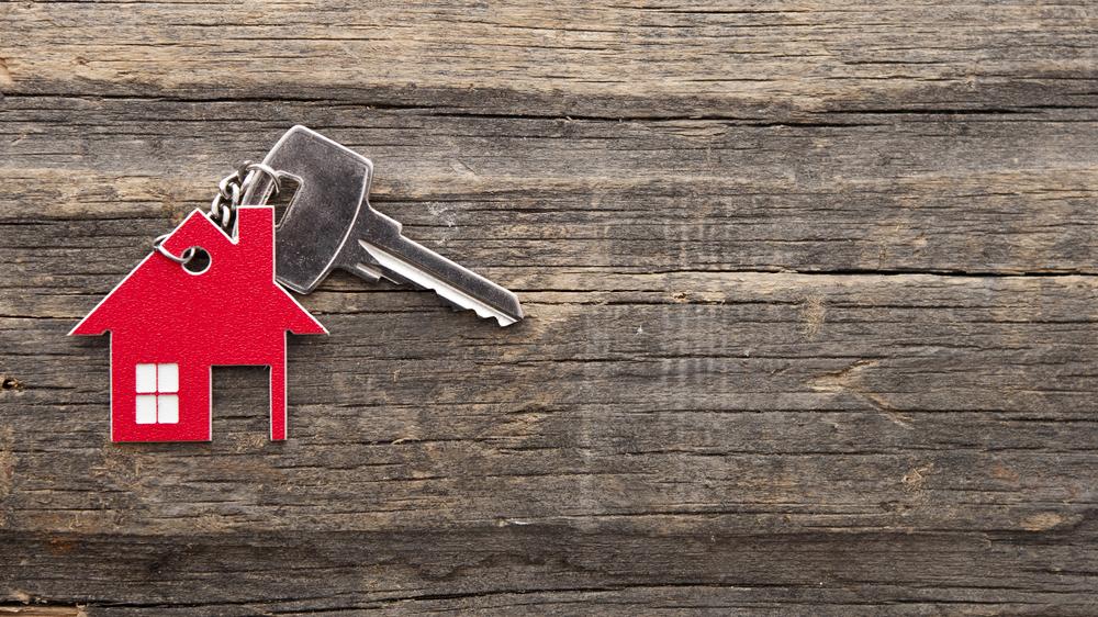 赤い家の形のキーホルダー