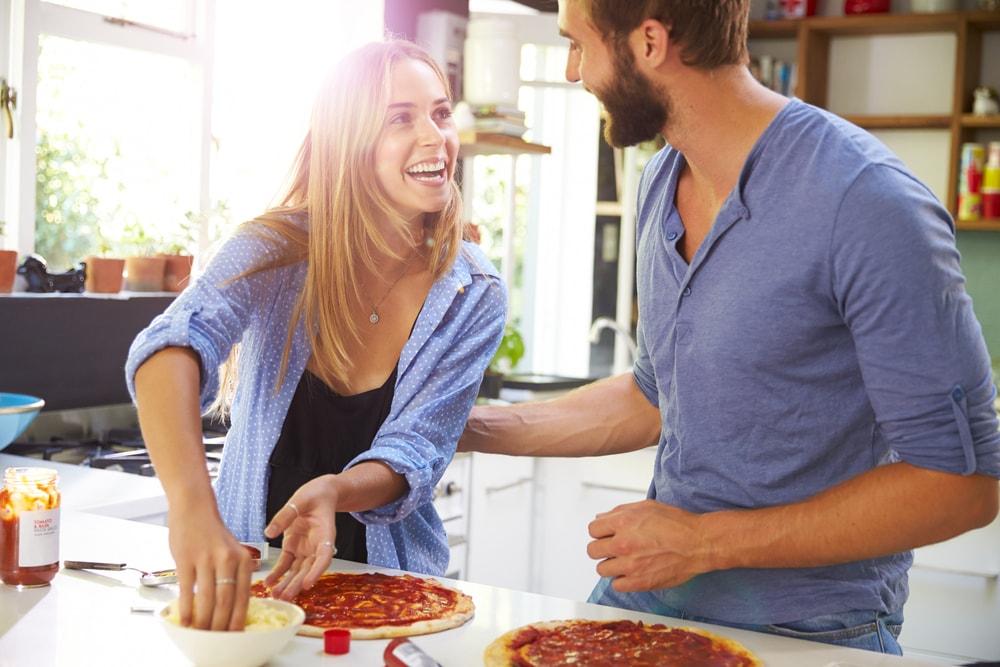 料理しているカップル