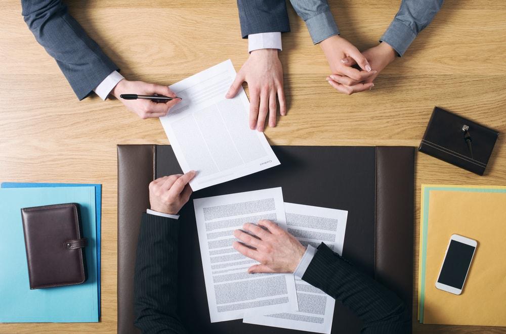 書類でのやり取りで契約している画像