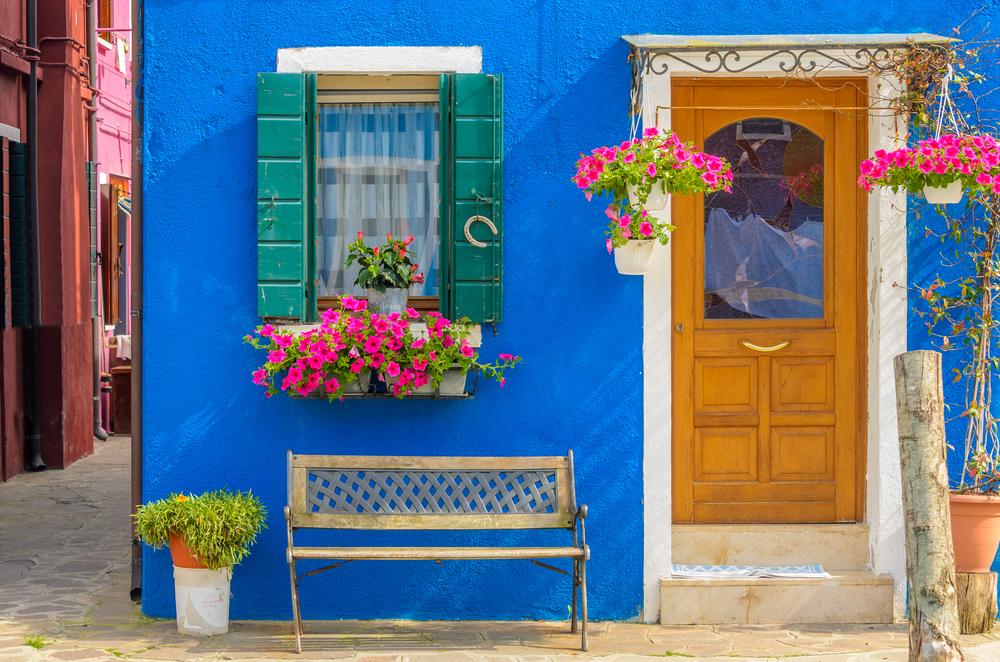 青い壁のおしゃれなお部屋