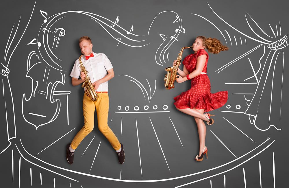 楽器を吹く男女