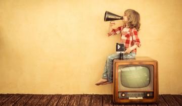 テレビに乗っかる少女