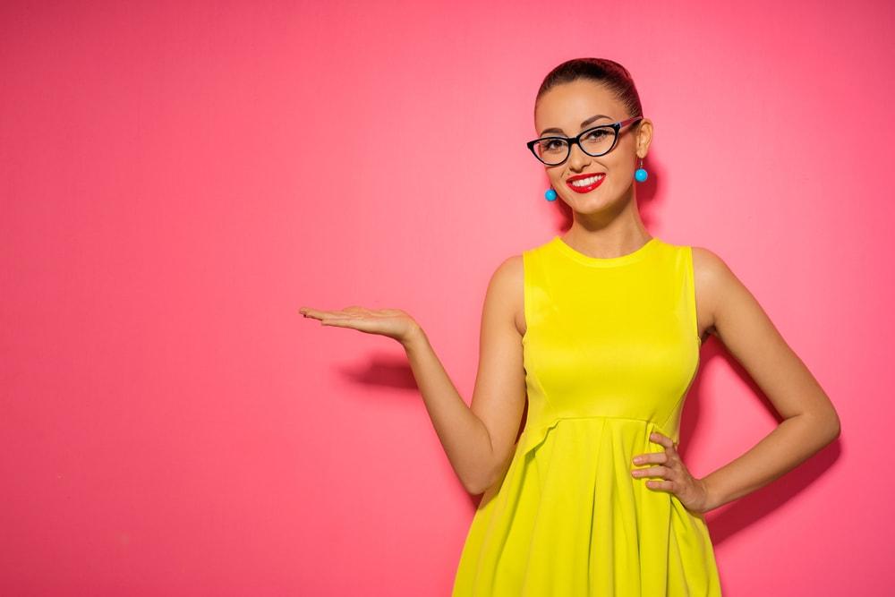 黄色の服を着た女性