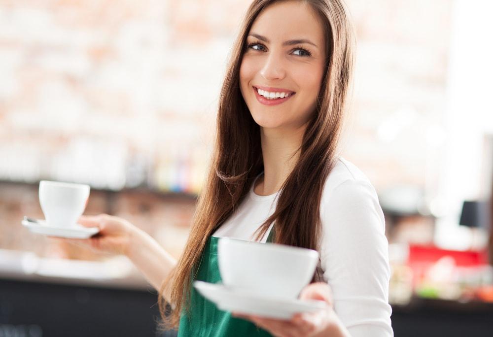 コーヒーを渡す女性