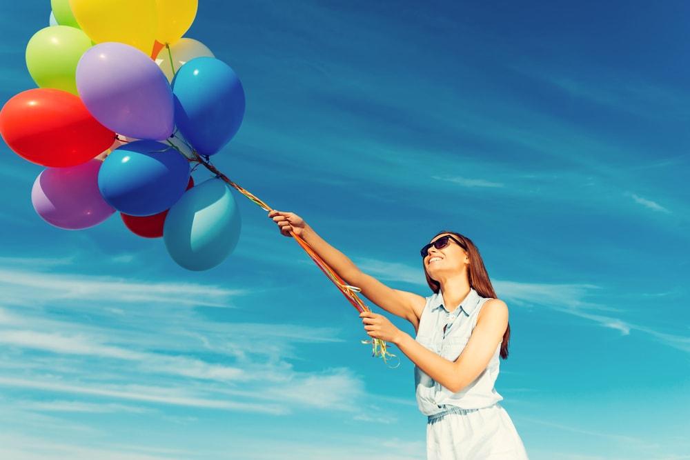 風船を持つ女性