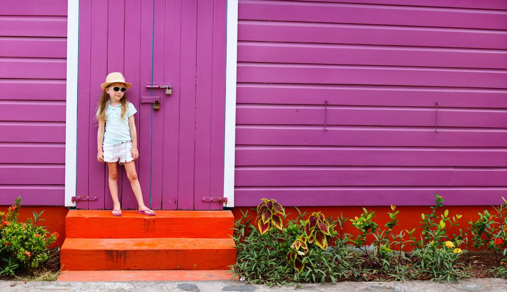 家の前に立つ女の子