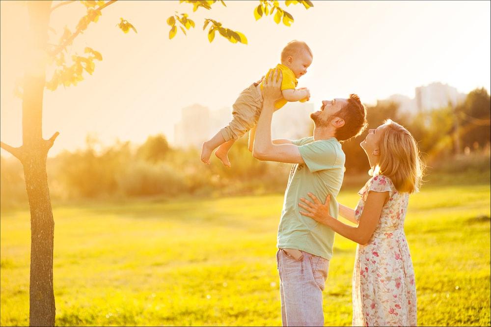 子供を抱き上げる親子