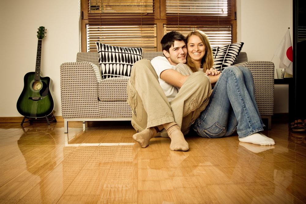 ソファの下に座るカップル