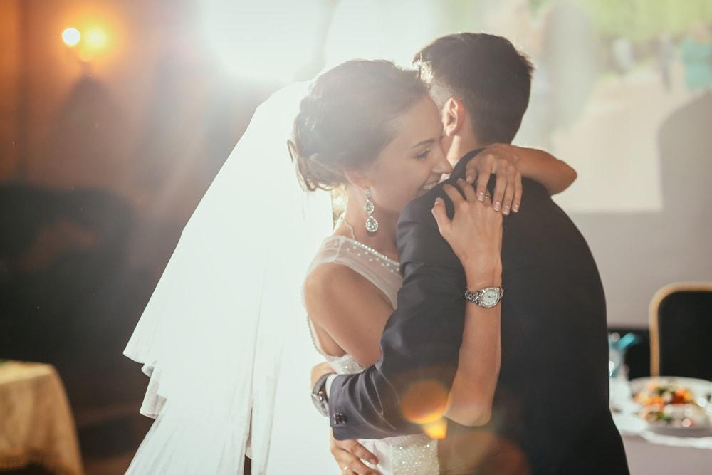 結婚式中に抱き合うカップル