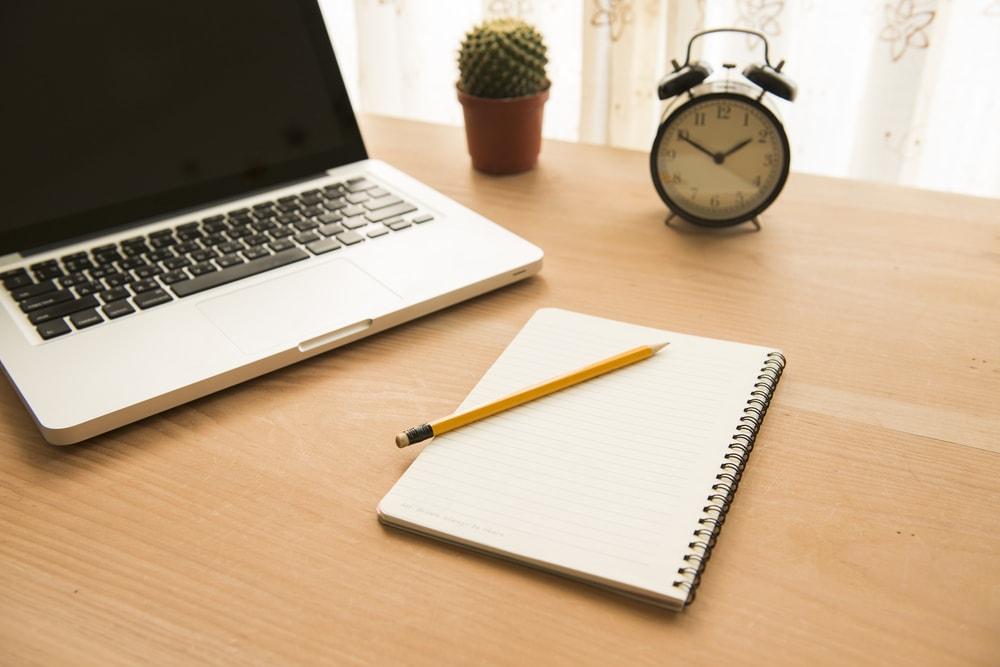 机の上のパソコンとメモ