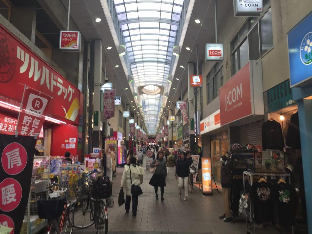 高円寺駅にある商店街の様子