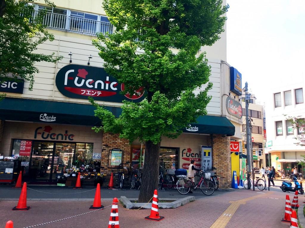 駅前にあるスーパーの外観