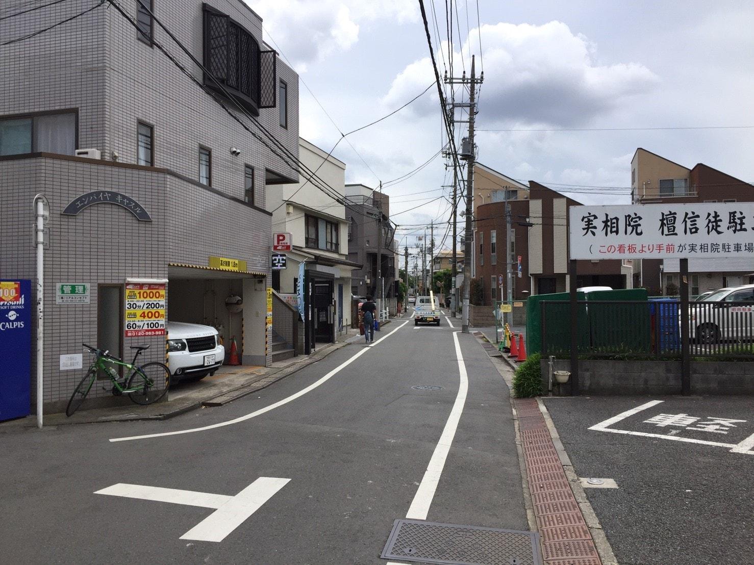 車通りと人通りがほとんどな住宅街の風景
