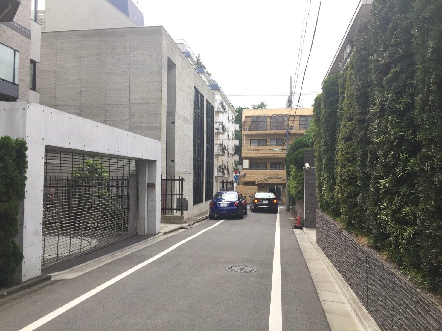 高級車が停まる住宅街