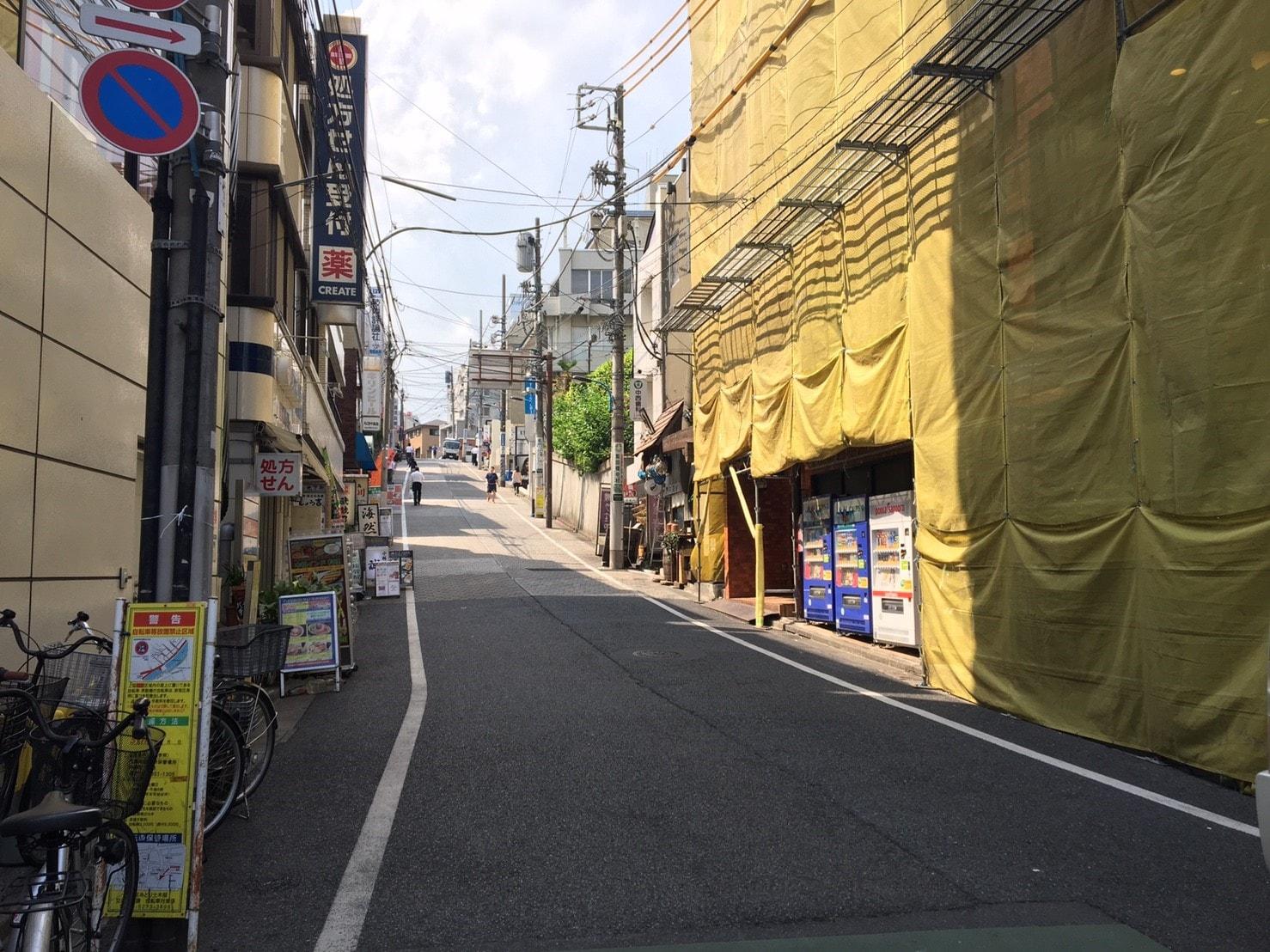 坂が奥まで続いている住宅街の通り