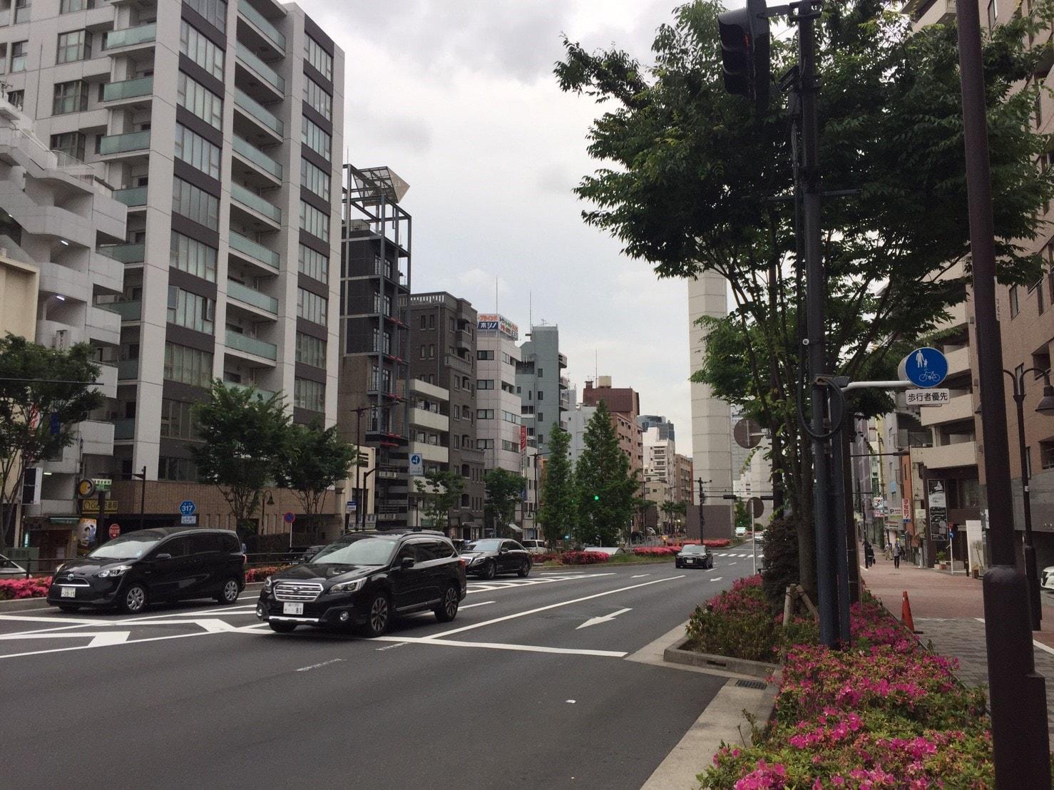 大通り沿いの高層マンションの風景