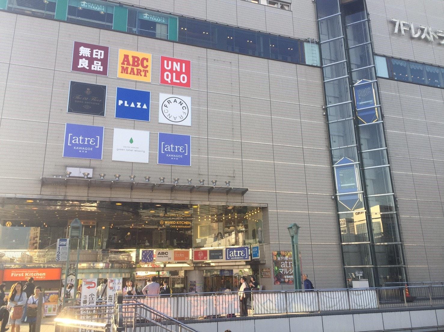 様々なテナントの看板場あるショッピング施設の外観