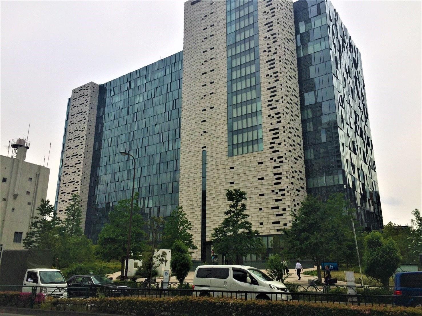 大型オフィスビルの外観