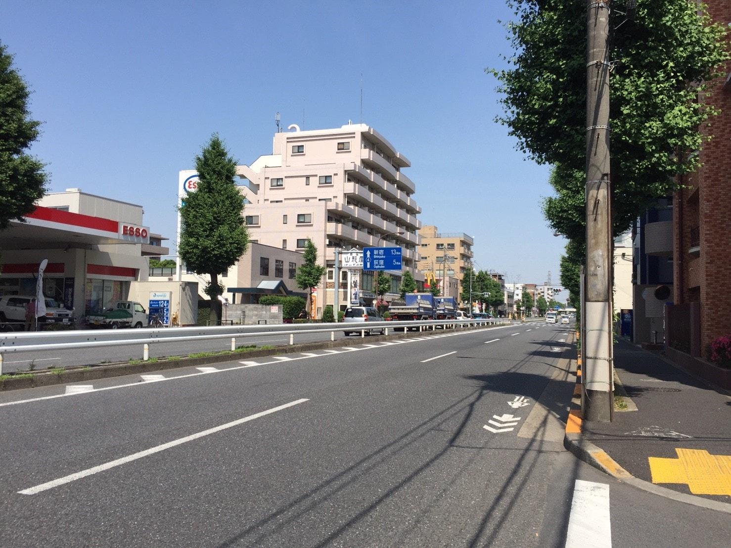 道幅が広い大通りの風景