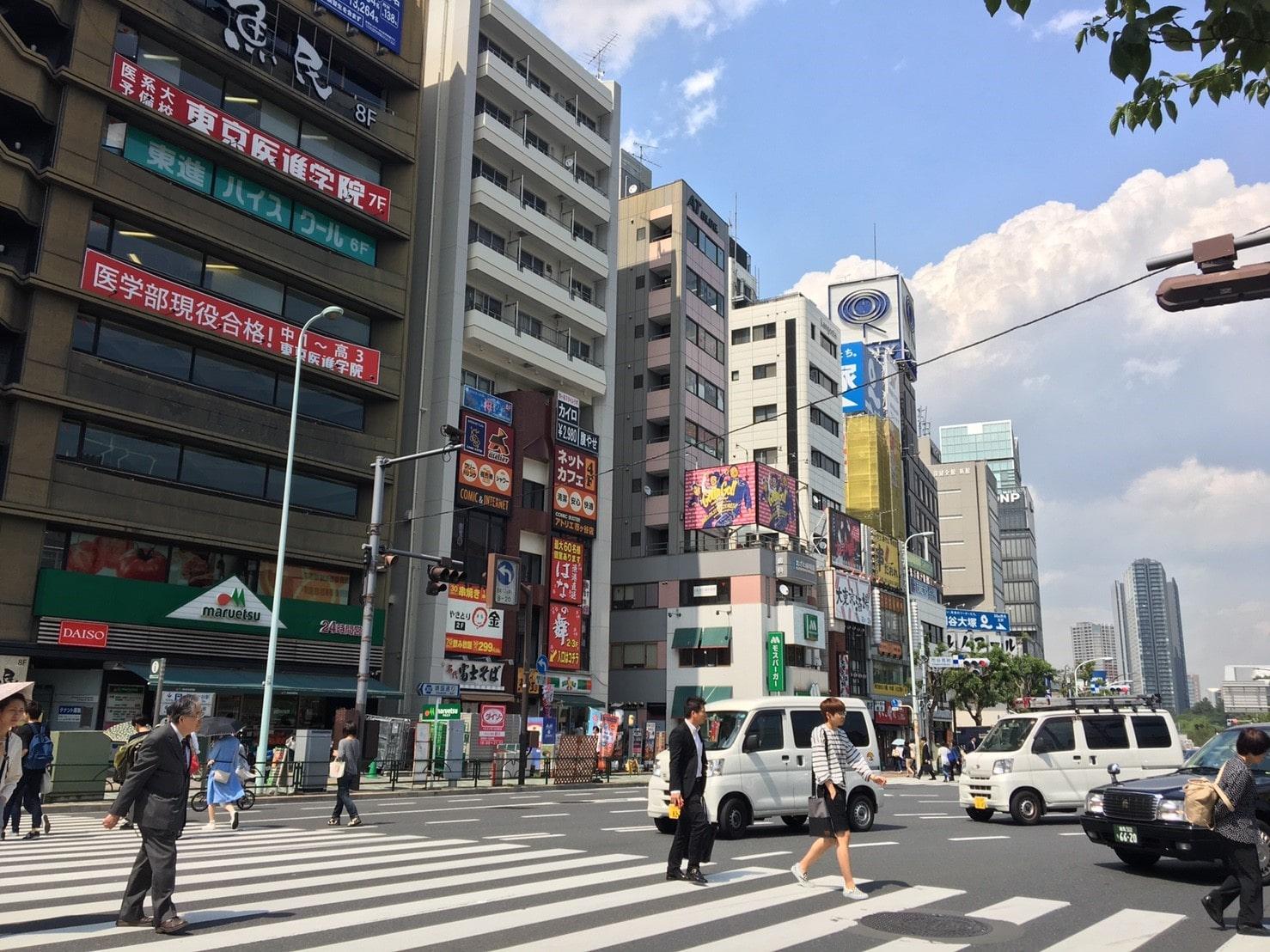 通行人が多数いる交差点の風景