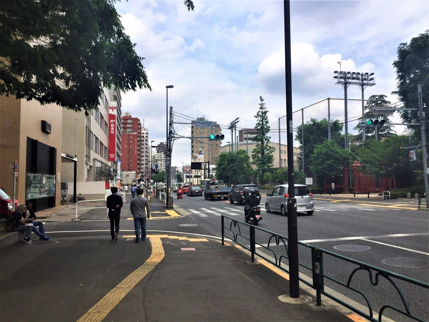 大通り沿いの広い歩道