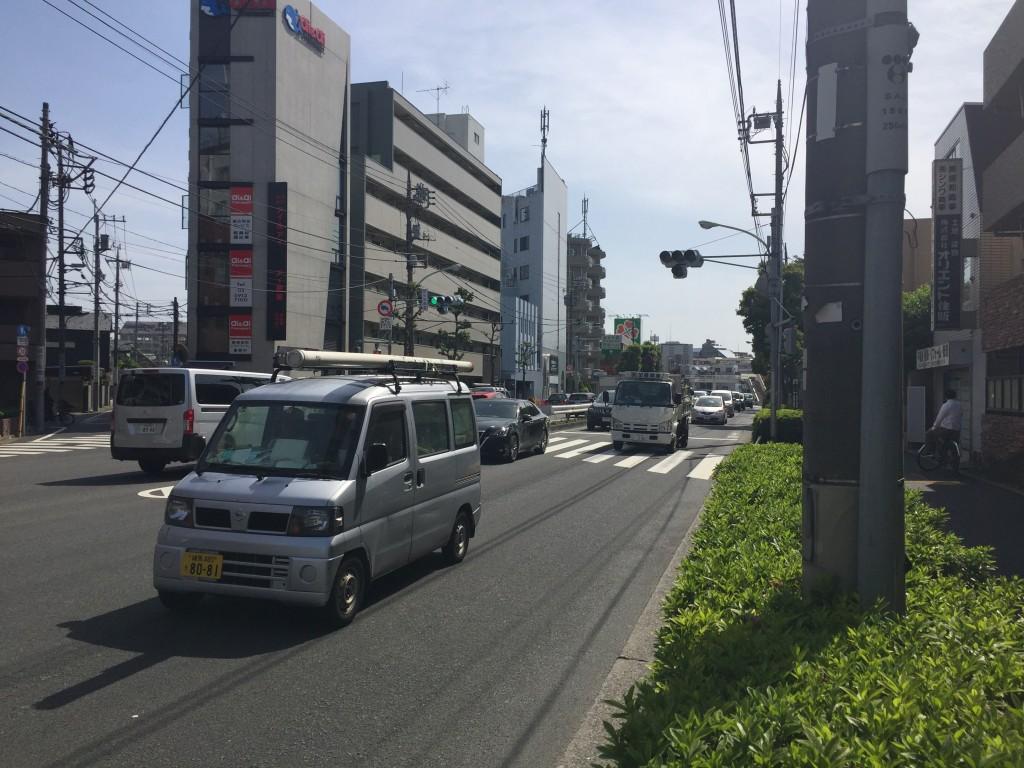 車通りが多い幹線道路
