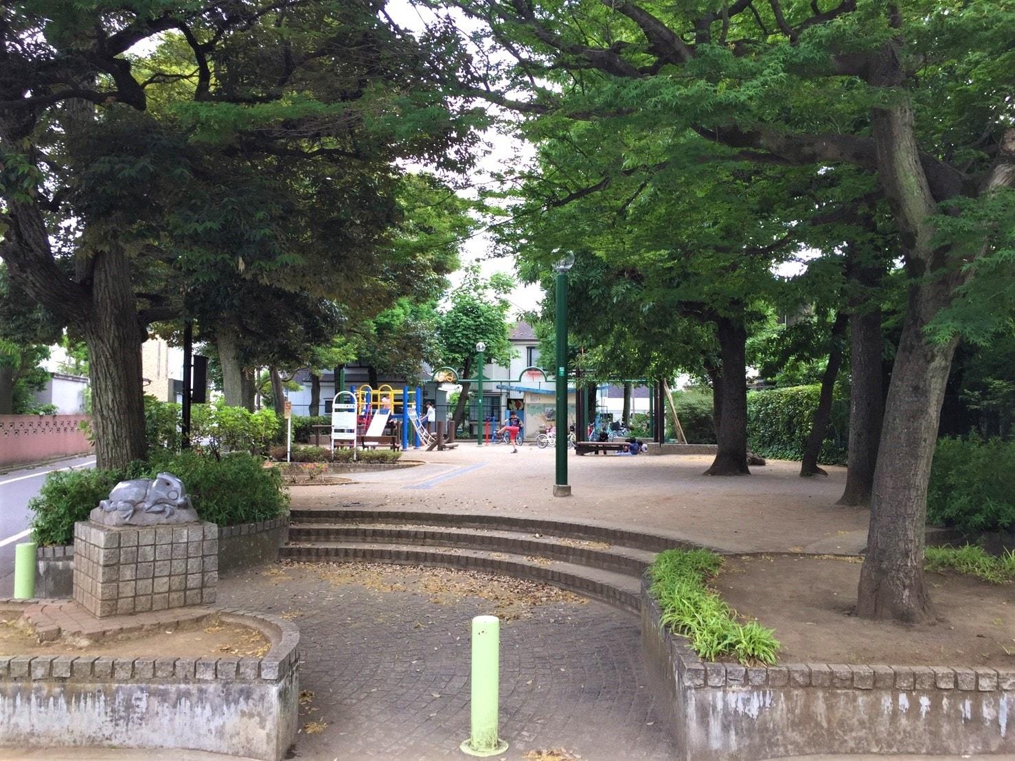 子どもが元気に遊んでいる公園