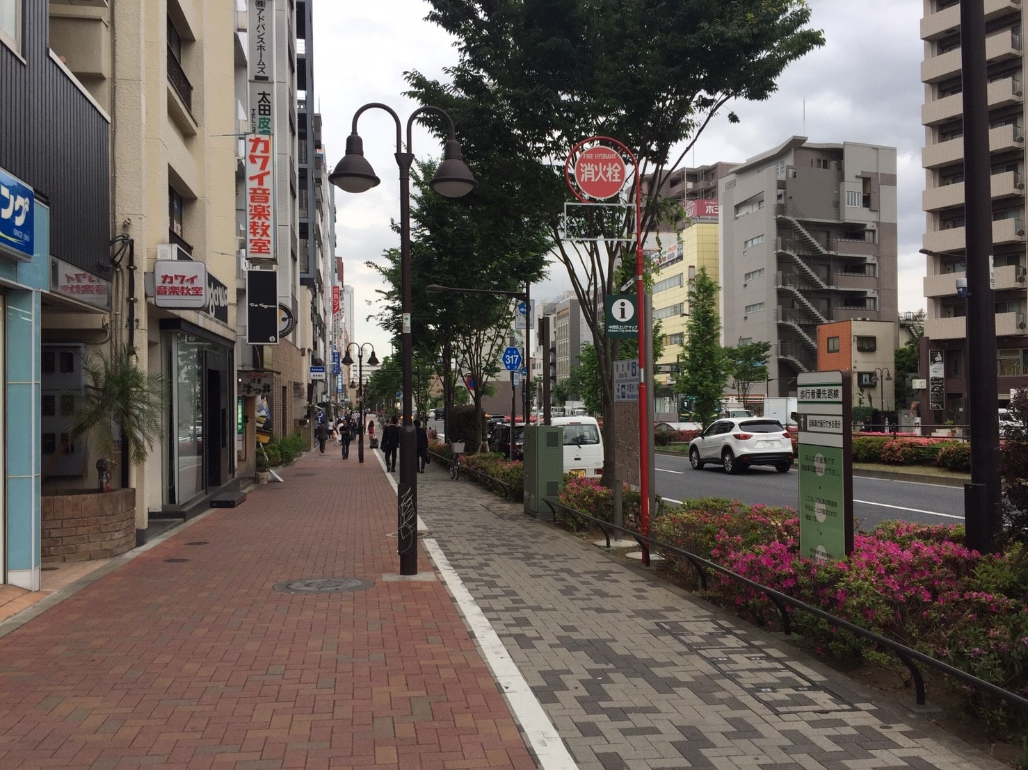 駅前にある幅の広い歩道