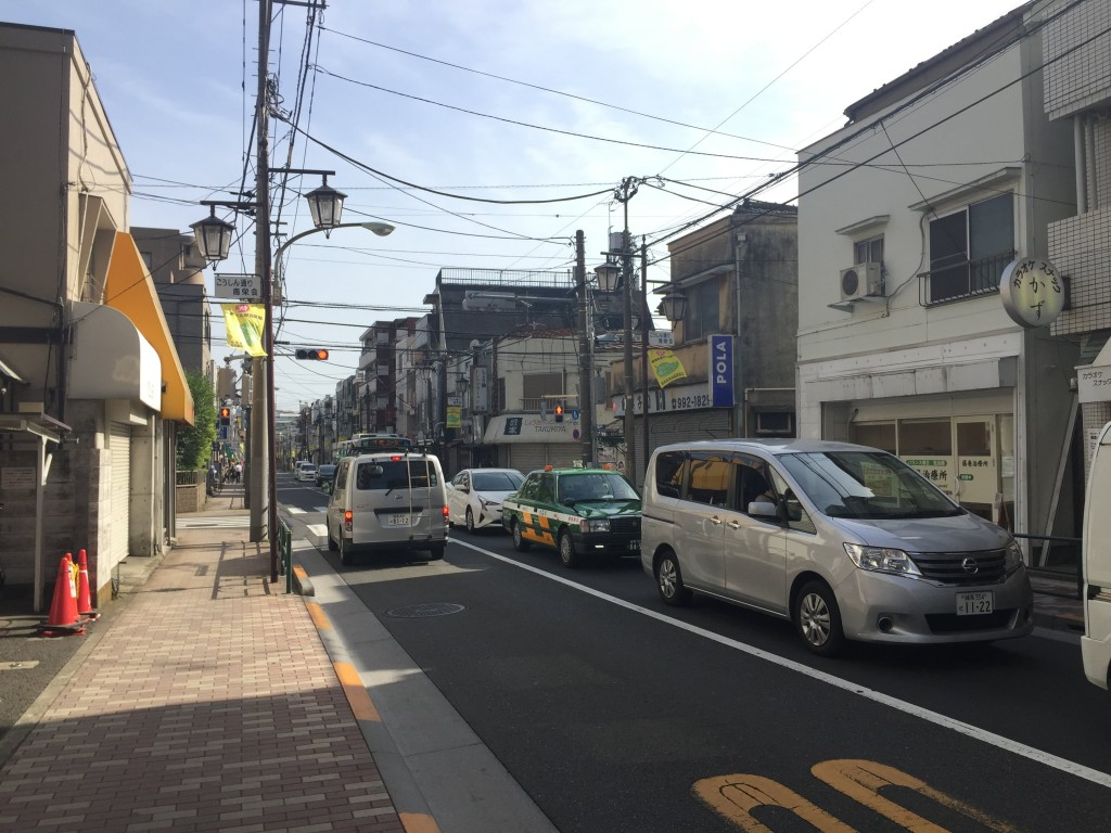 歩道と街灯がある大通り
