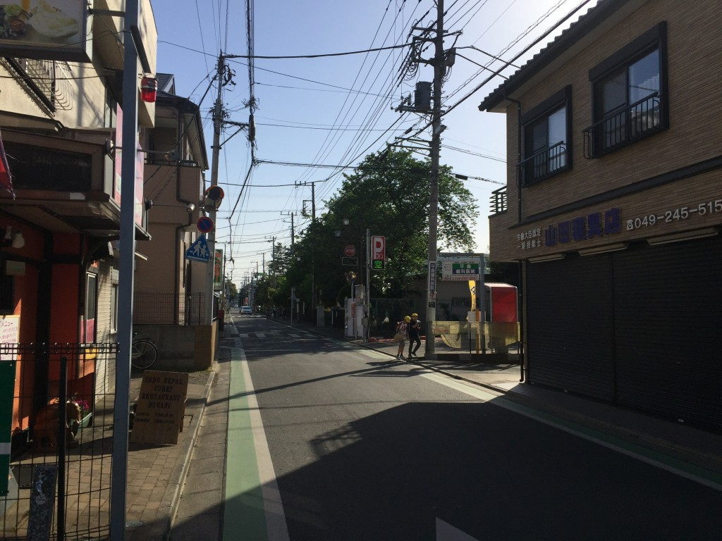 学校に続く住宅街の通り