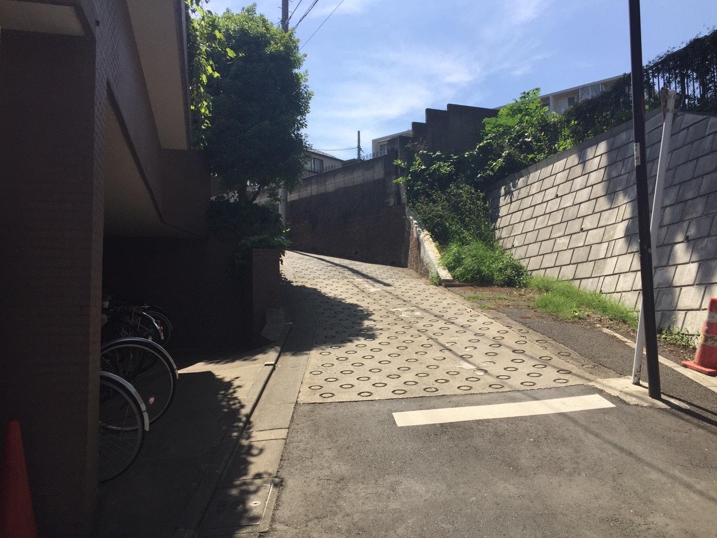 住宅街にある急な坂