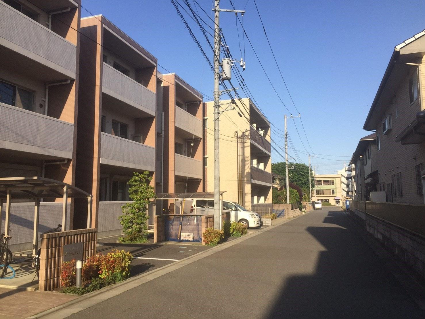 綺麗な建物が多い住宅街の風景