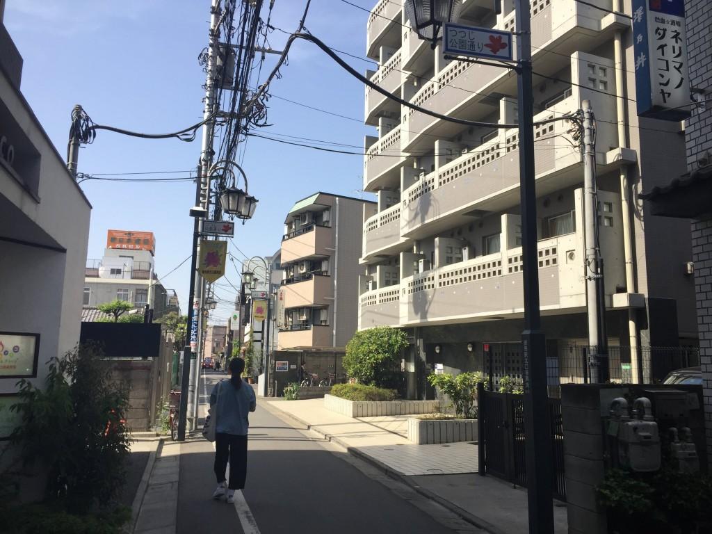 単身向けのマンションが建っている住宅街の風景