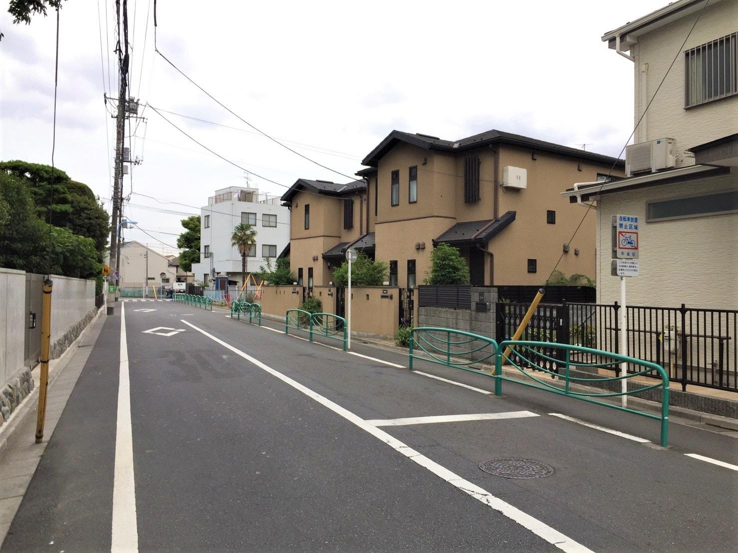 人通りが少ない住宅街