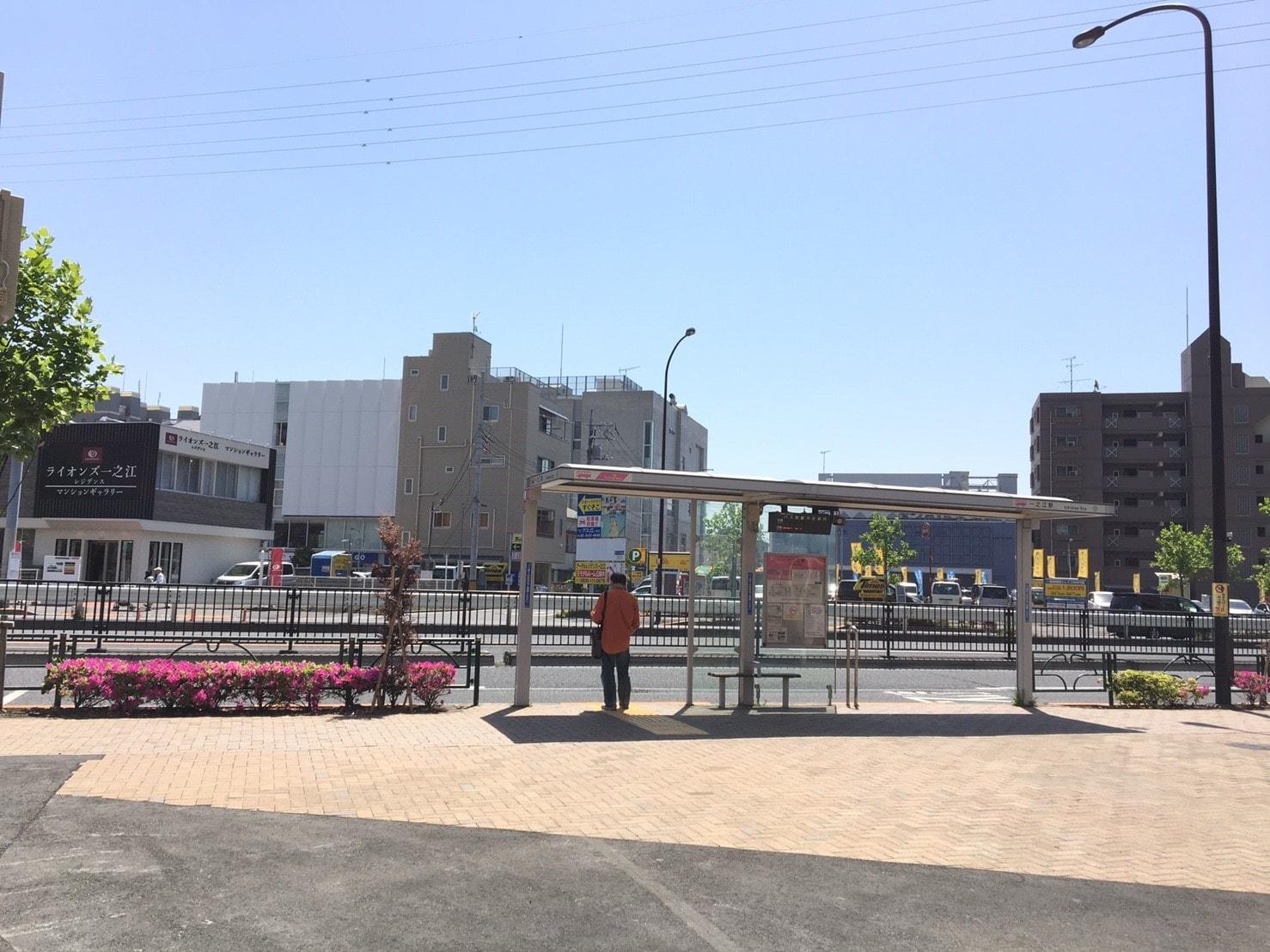 駅前にあるバス停の風景