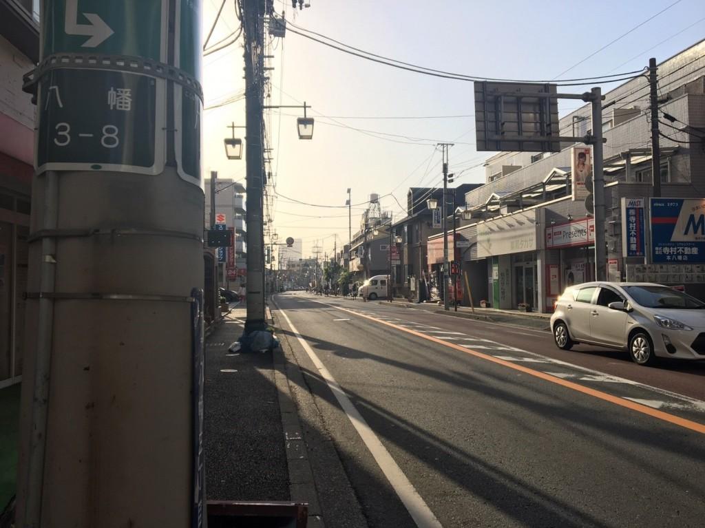 交通量が比較的少ない住宅街の車道