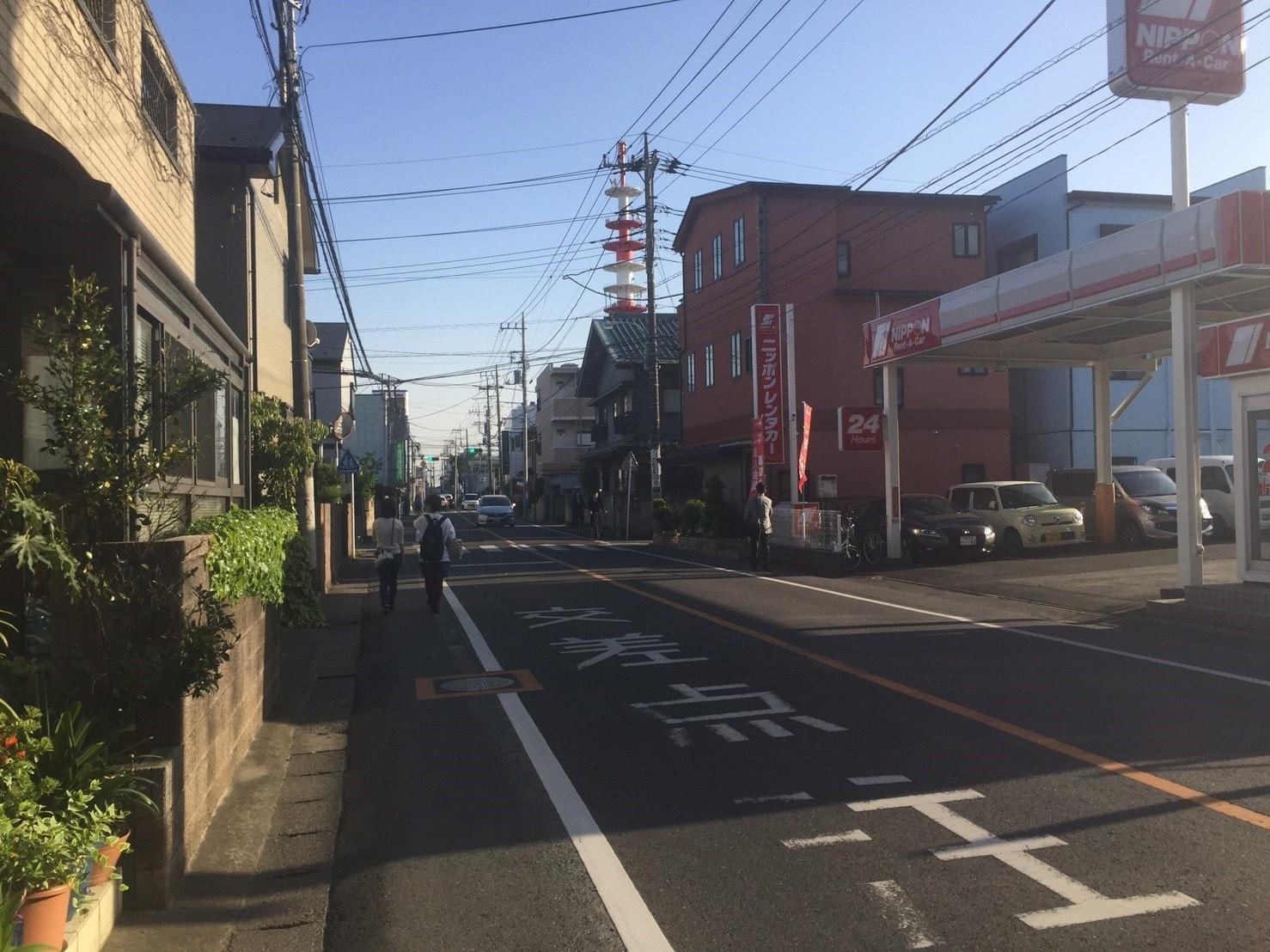 車通りが多く歩道が狭い通り