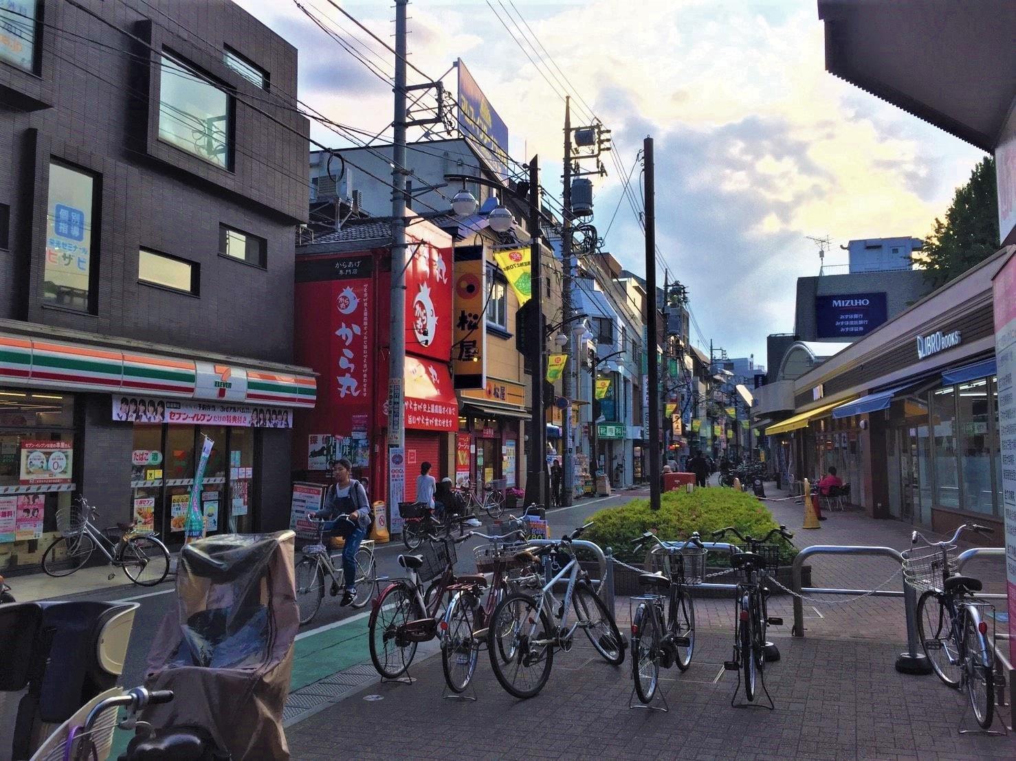 コンビニや牛丼チェーン店がある駅前の風景