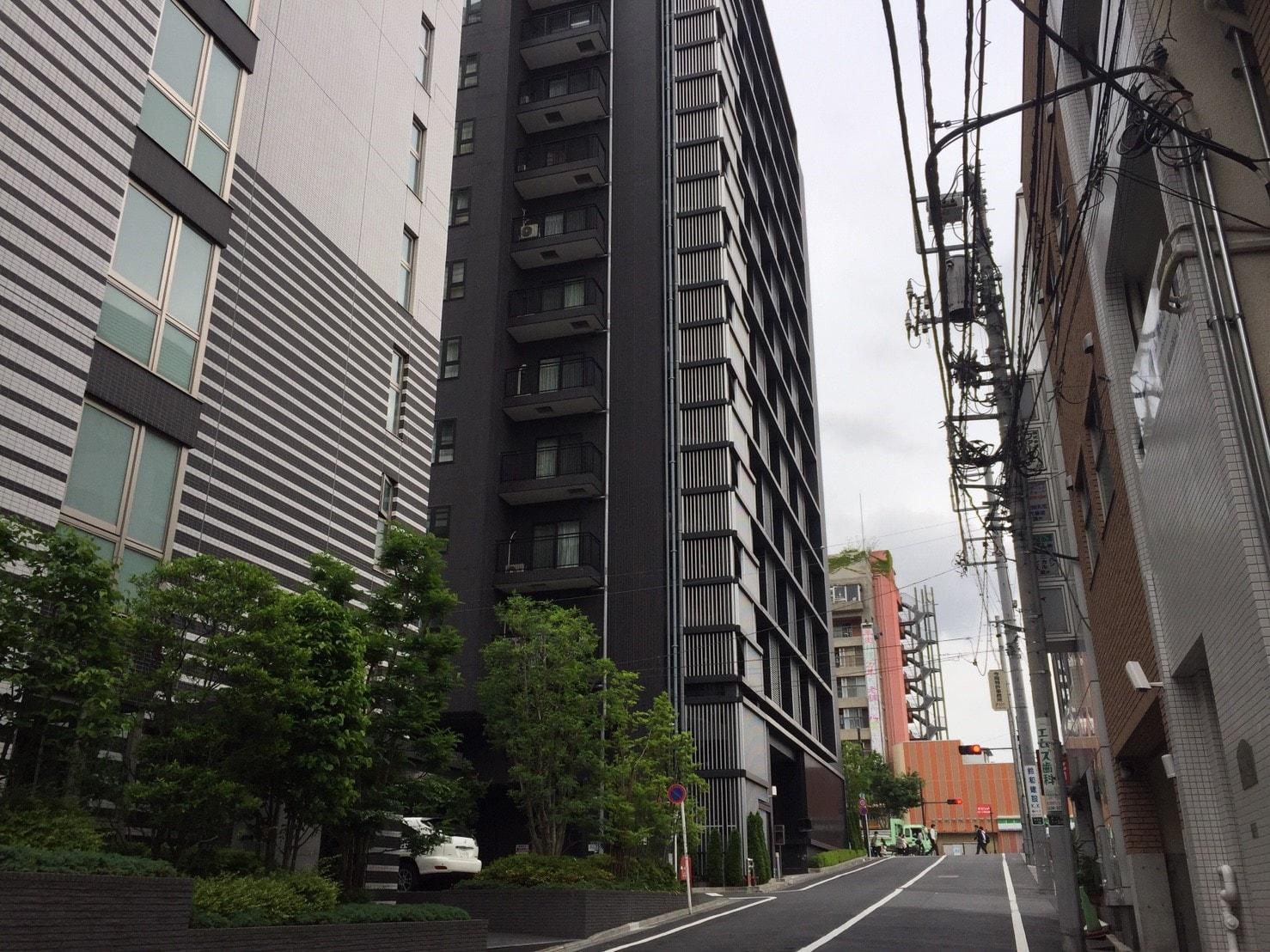 高層マンションが多い通りの風景