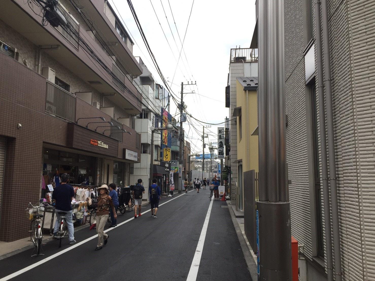 人通りが多い通りの風景