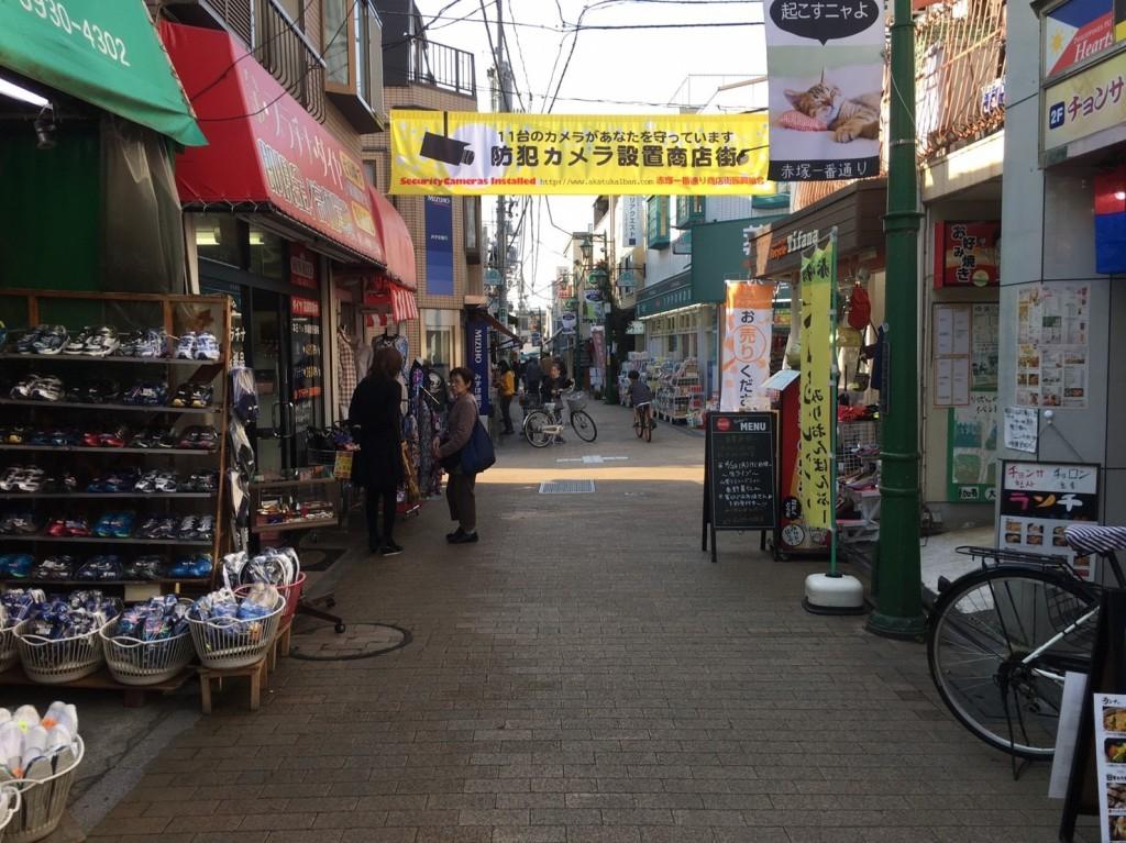 下赤塚駅北側の商店街の風景