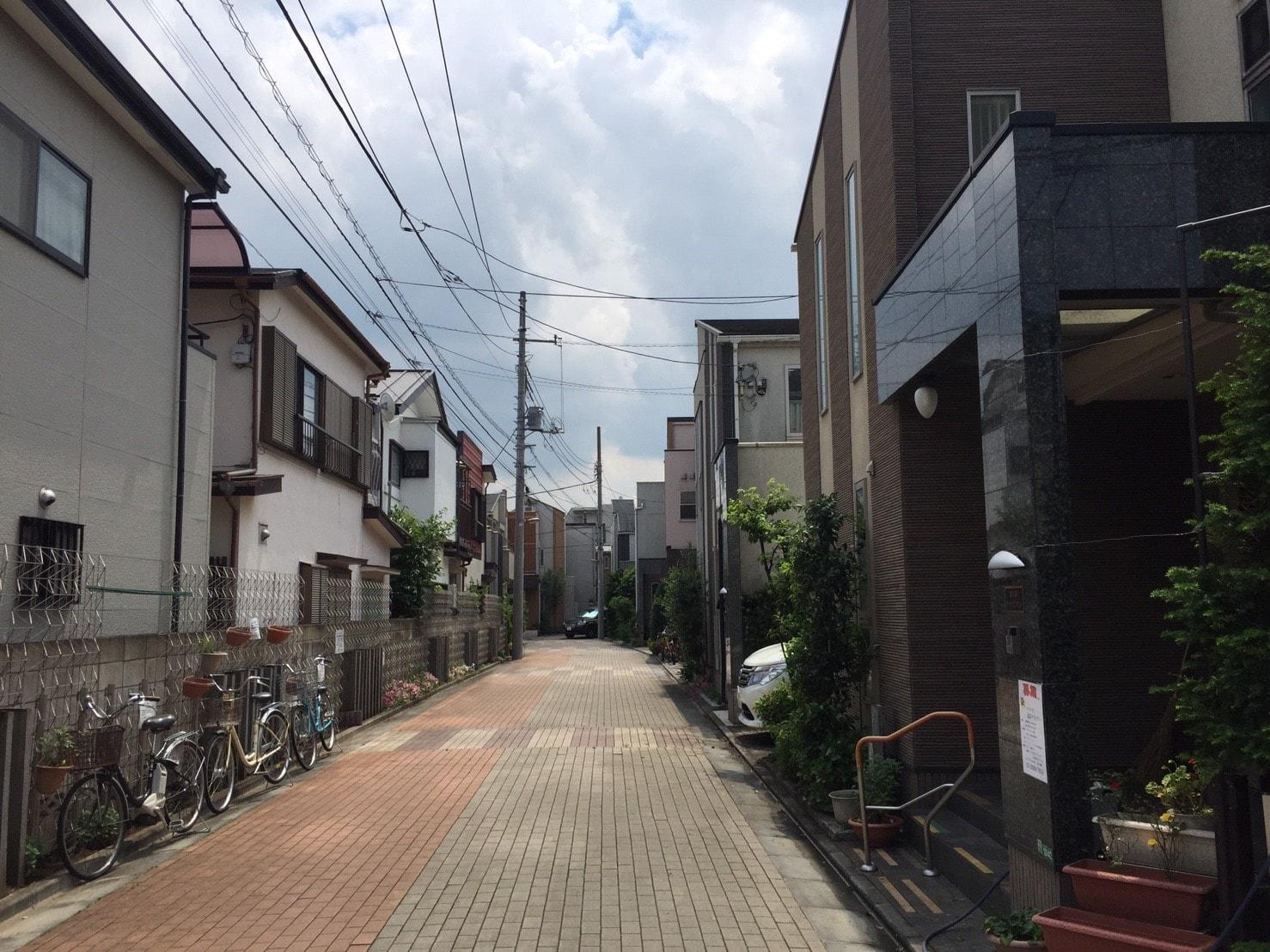 人通りが無く閑散とした住宅街の風景
