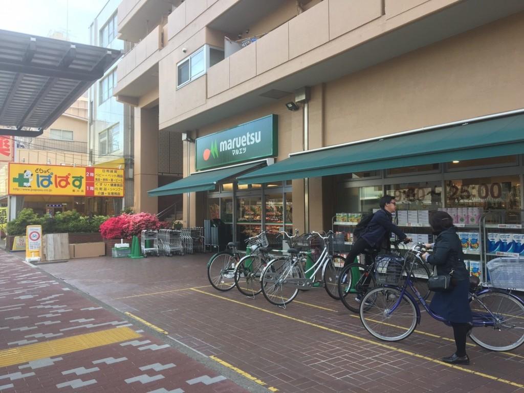 駅の南側すぐにある大型スーパー