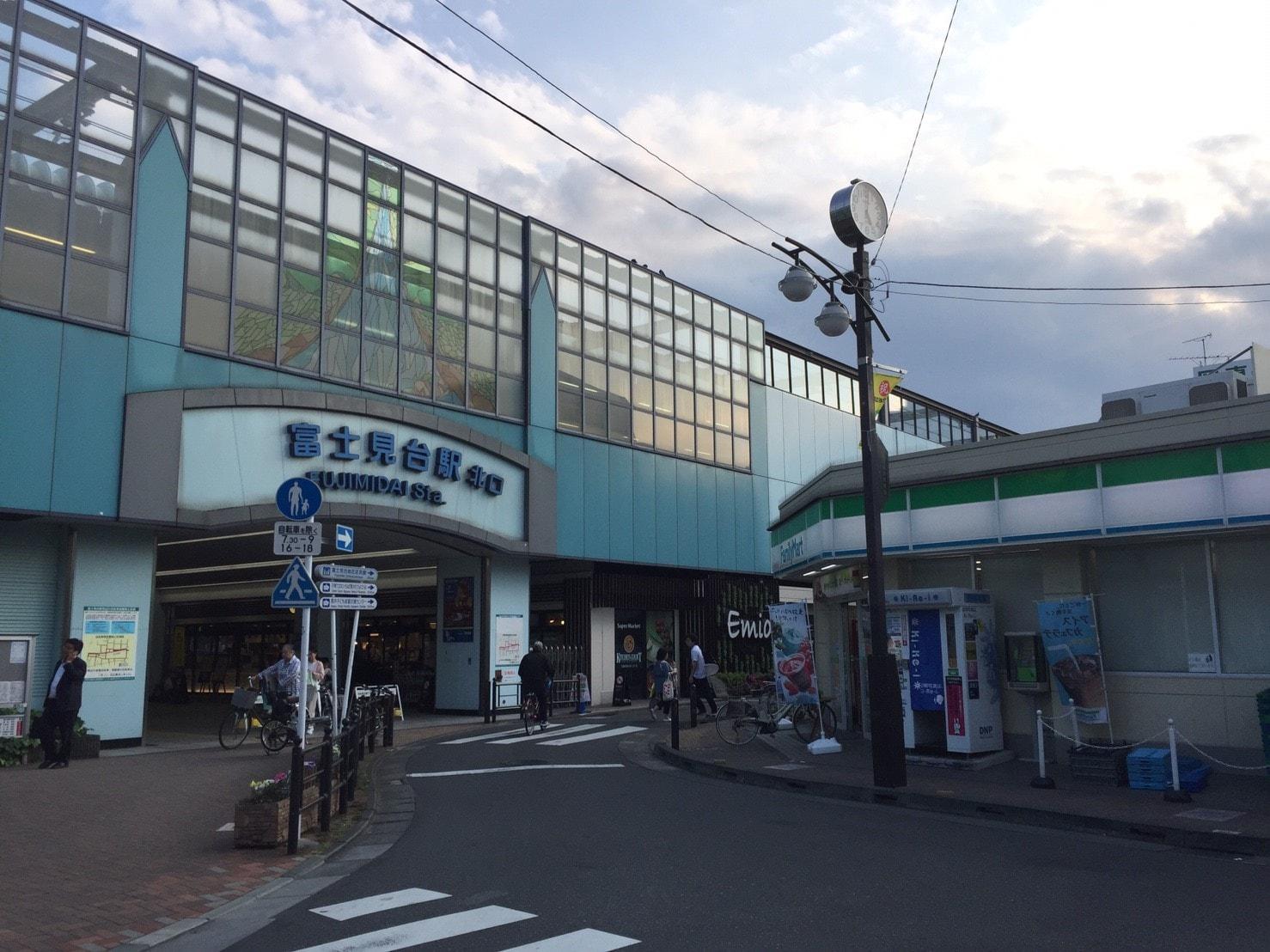 富士見台駅北口前のコンビニ