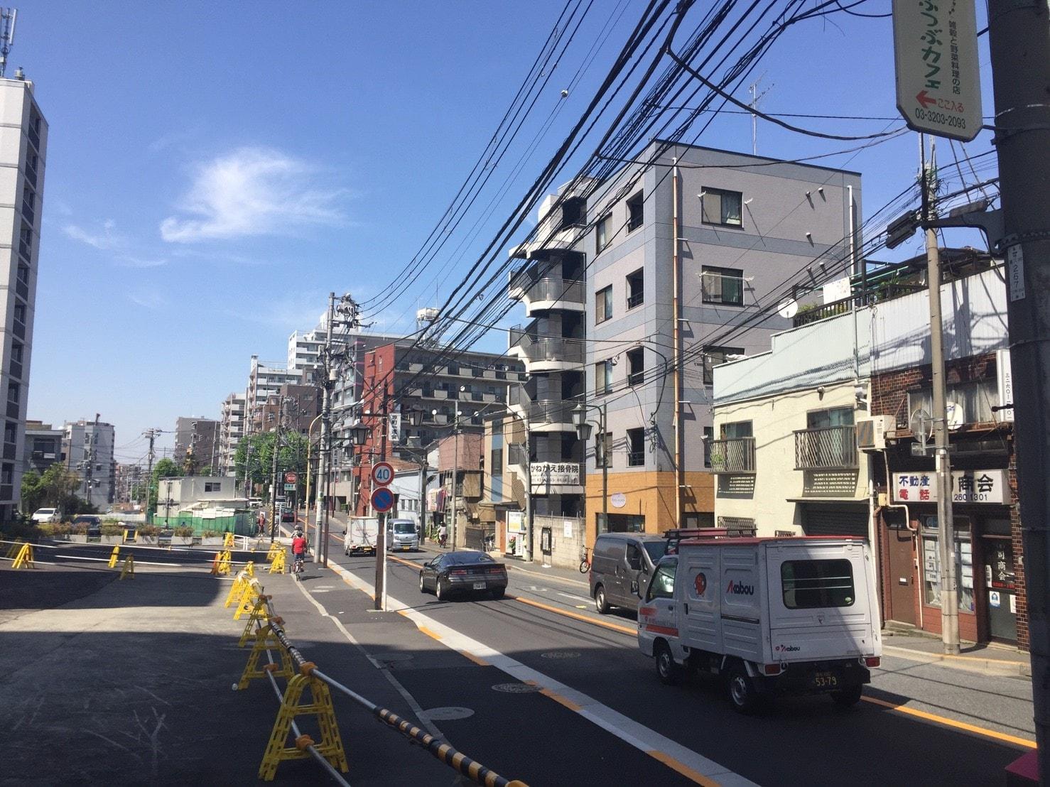 建築中の土地が多い大通り沿い