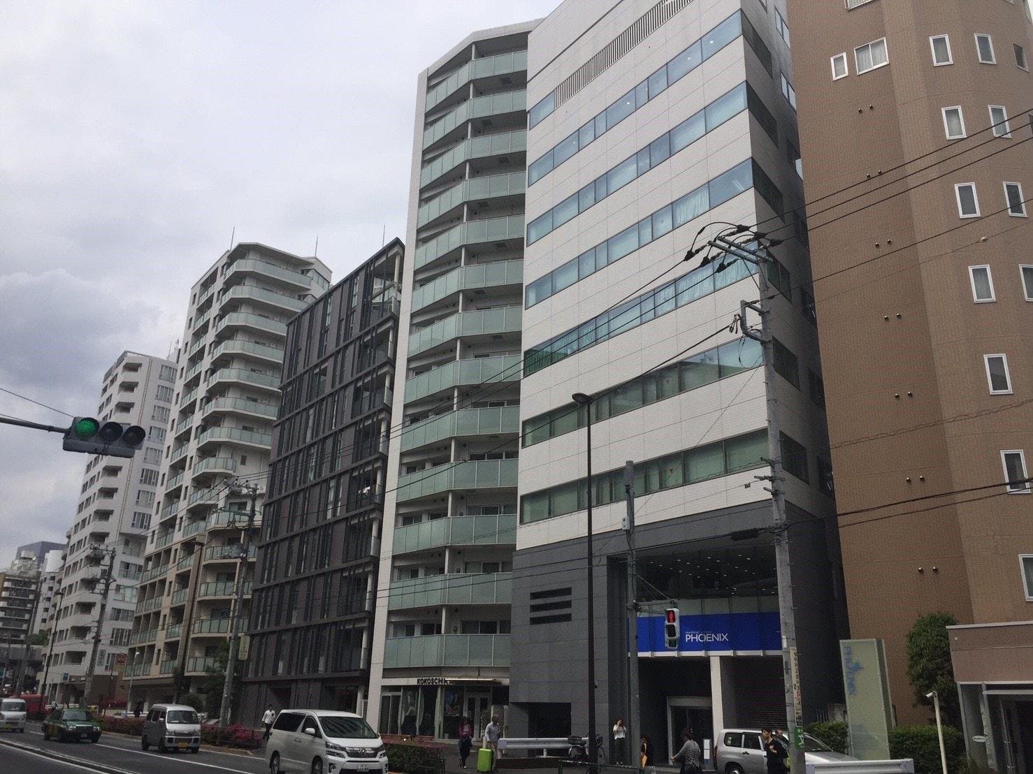 大通り沿いの大型マンション