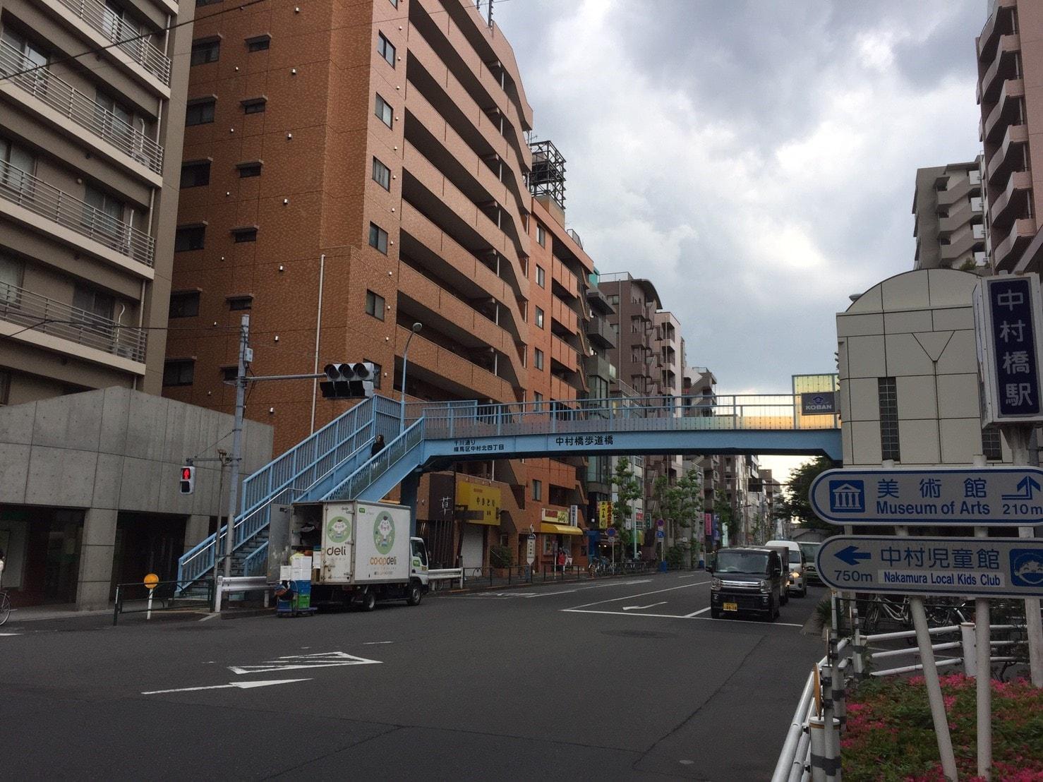 住宅地にある広い車道