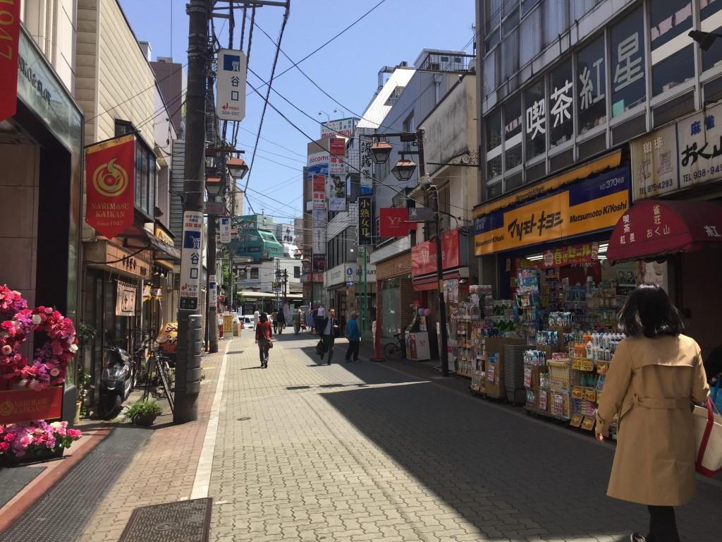 様々な店が並んでいる商店街